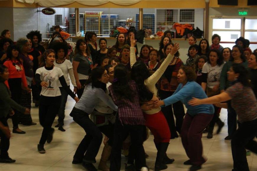 Trabajo de la performance 'Nosotras' entre todas las participantes del Festival./ Rosana Linari - See more at: http://www.pikaramagazine.com/2015/11/teatro-feminista-para-transformar-la-vida/#sthash.tyoT3bHG.dpuf