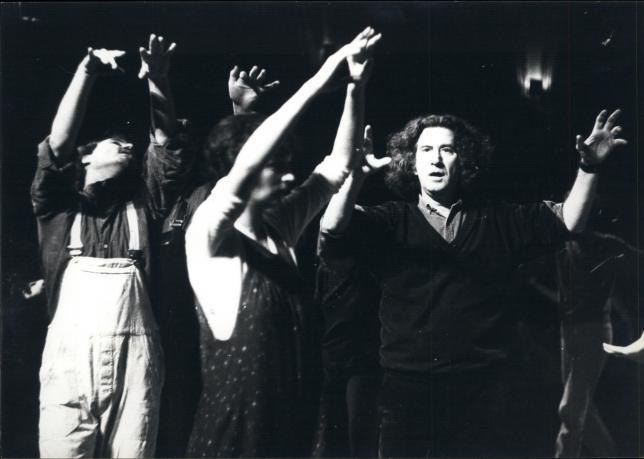 Augusto Boal, pionero brasileño del Teatro del Oprimido, en una de sus obras./Fuente: Periódico Diagonal - See more at: http://www.pikaramagazine.com/2016/12/tejiendo-alianzas-puntos-en-comun-entre-los-feminismos-y-el-teatro-de-las-oprimidas/#sthash.RNMv8